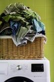 Vêtements et sous-vêtements dedans dans le panier Photographie stock