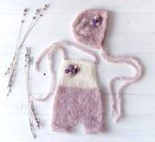 Vêtements faits main tricotés simples pour les bébés nouveau-nés images stock
