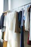 Vêtements faits sur commande sur le support de vêtements en travaillant la boutique Images libres de droits