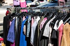 Vêtements femelles de diverse mode rapide sur le support à la rue juste image libre de droits