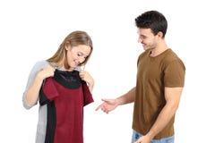 Vêtements heureux d'achats et d'essai de couples Images stock