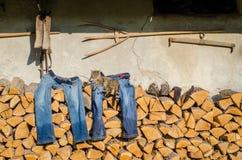 Vêtements humides de séchage après travail sur le rural Photographie stock libre de droits