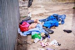 Vêtements jetés image libre de droits