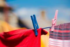 Vêtements lavés séchant à l'extérieur Images stock