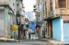 Vêtements lavés séchant sur une corde entre les maisons historiques d'une rue Images libres de droits