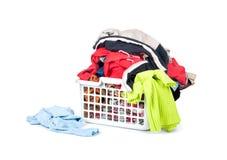 Vêtements lumineux dans un panier de blanchisserie Image libre de droits
