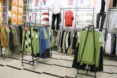 Vêtements mâles dans le système photographie stock libre de droits