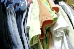 Vêtements mélangés dans la chambre de cabinet Photo stock