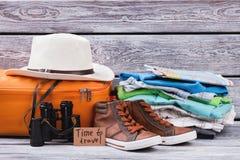 Vêtements masculins préparés pour le voyage Photographie stock