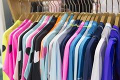 Vêtements montrés dans le magasin folâtre l'habillement, vêtements de sport Photos stock