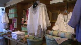 Vêtements montrés dans une boutique (1 de 2) banque de vidéos