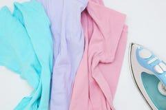 Vêtements multicolores poivrés et fer images libres de droits