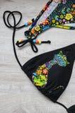 Vêtements nécessaires pour nager en mer sur un conseil en bois swimsuit Course vers la mer Style de vie sain images libres de droits