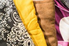 Vêtements noirs, blancs, jaunes, bruns et magenta détaillés Photographie stock