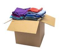 Vêtements pliés dans le tir de boîte à l'angle d'isolement Image stock