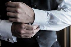 Vêtements pour hommes une chemise et boutons de manchette Photos stock