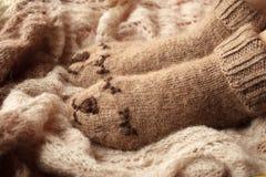 Vêtements pour les saisons froides Habillement tricoté Chaussettes avec l'ornement Plan rapproché de hippie de grippe d'hiver d'a photos stock