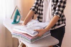 Vêtements propres de pliage de femme images stock