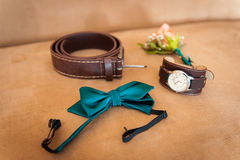 Vêtements réglés de marié Anneaux de mariage, chaussures, boutons de manchette et noeud papillon Photographie stock libre de droits