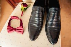 Vêtements réglés de marié Anneaux de mariage, chaussures, boutons de manchette et noeud papillon Images stock