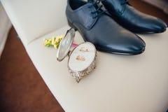 Vêtements réglés de marié Anneaux de mariage, chaussures, boutons de manchette et noeud papillon Image libre de droits