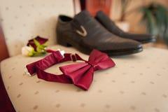 Vêtements réglés de marié Anneaux de mariage, chaussures, boutons de manchette et noeud papillon Photos stock