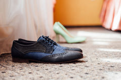 Vêtements réglés de marié Anneaux de mariage, chaussures, boutons de manchette et noeud papillon Images libres de droits