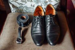 Vêtements réglés de marié Anneaux de mariage, chaussures, boutons de manchette et noeud papillon Photographie stock