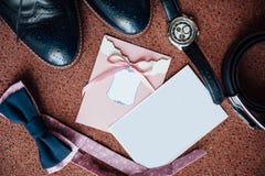 Vêtements réglés de marié Anneaux de mariage, chaussures, noeud papillon Photo libre de droits