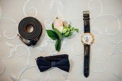 Vêtements réglés de marié Boutons de manchette et horloge de mariage Photos libres de droits