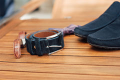 Vêtements réglés de marié chaussures, boutons de manchette et noeud papillon Photographie stock libre de droits