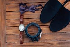 Vêtements réglés de marié chaussures, boutons de manchette et noeud papillon Photos libres de droits