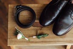 Vêtements réglés de marié chaussures et noeud papillon Photo libre de droits