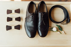 Vêtements réglés de marié chaussures et noeud papillon Photo stock