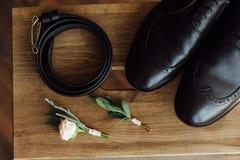 Vêtements réglés de marié chaussures et noeud papillon Photos libres de droits