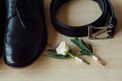 Vêtements réglés de marié chaussures et noeud papillon Photographie stock libre de droits