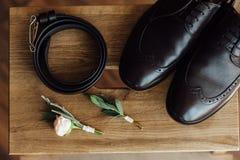 Vêtements réglés de marié chaussures et noeud papillon Image libre de droits