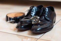 Vêtements réglés de marié Montre, chaussures, noeud papillon Photographie stock
