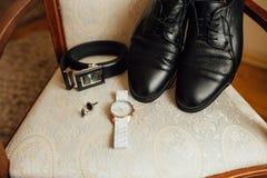 Vêtements réglés de marié Montre, chaussures, noeud papillon Photographie stock libre de droits