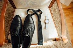 Vêtements réglés de marié Montre, chaussures, noeud papillon Photos stock