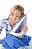 Vêtements repassés par femme au foyer fatiguée de femme Photo stock