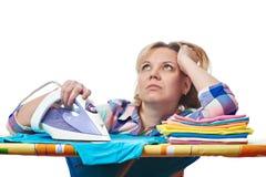 Vêtements repassés par femme rêveuse de femme au foyer Photos stock