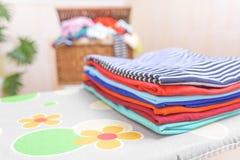 Vêtements repassés sur une planche à repasser Photo libre de droits