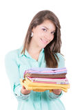 Vêtements repassants de jeune belle femme heureuse. image stock