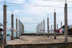Vêtements séchant sur la construction en béton Photos libres de droits