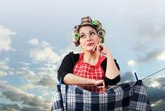 Vêtements s'arrêtants de belle femme au foyer Photographie stock libre de droits