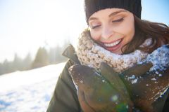 Vêtements s'usants de l'hiver de beau femme photos stock