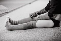 Vêtements se reposants de plancher de danseuse de fille après la formation photos libres de droits