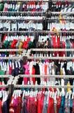 Vêtements se vendant dans le mail Images stock