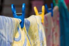 Vêtements secs avec des agrafes Image stock